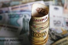La banque centrale de Russie a réduit son taux d'intervention d'un demi-point à 10,5% vendredi, une première baisse depuis juillet 2015 qui témoigne d'une appréciation plus positive de l'évolution à venir de l'inflation. /Photo prise le 22 janvier 2016/REUTERS/Kacper Pempel