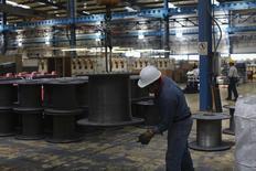Imagen de archivo de un trabajador en la planta de la acería TIM en Huamantla, México, oct 11, 2013. La actividad industrial de México se contrajo en abril por tercer mes consecutivo y registró además su peor desempeño de los últimos once meses, afectada principalmente por el declive de la minería y de las manufacturas, mostraron el viernes cifras oficiales.  REUTERS/Tomas Bravo