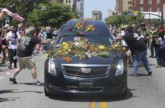 Fãs jogam flores em carro com corpo de Muhammad Ali em Louisville.  10/6/2016. REUTERS/Michael Clevenger/POOL