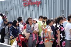 La inversión directa extranjera en China creció un 3,8 por ciento entre enero y mayo en relación con los primeros cinco meses del año anterior hasta 343.550 millones de yuanes (54.190 millones de dólares), según datos publicados el domingo por el ministerio de Comercio. En la imagen, varias personas esperan para entrar en el parque de Disney en Shanghai el pasado 20 de mayo.  REUTERS/Aly Song