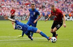 Football Soccer - Turkey v Croatia - EURO 2016 - Group D - Parc des Princes, Paris, France - 12/6/16 Croatia's Luka Modric and Darijo Srna (C) in action with Turkey's Caner Erkin REUTERS/John Sibley Livepic