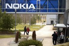 Nokia a signé un accord cadre de 1,36 milliard d'euros sur un an avec China Mobile, un contrat qui apaise en partie les craintes de pertes de parts de marché pendant l'intégration d'Alcatel-Lucent. /Photo prise le 6 avril 2016/REUTERS/Antti Aimo-Koivisto/Lehtikuva
