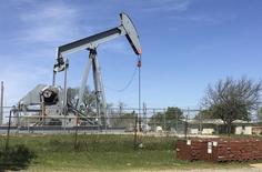 Una unidad de bombeo de petróleo vista en Velma, Oklahoma, Estados Unidos. 7 de abril de 2016. Los inventarios comerciales de petróleo en Estados Unidos habrían caído por cuarta semana consecutiva, mostró el lunes un sondeo preliminar de Reuters. REUTERS/Luc Cohen