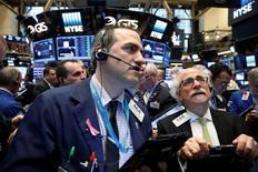 Operadores trabajando en la bolsa de Wall Street en Nueva York, jun 13, 2016. Las acciones cayeron el lunes en Estados Unidos por tercera jornada consecutiva, después de que los gigantes tecnológicos Microsoft y Apple arrastraron a la baja los índices y los inversores se preparaban para recibir importantes eventos económicos y políticos en Estados Unidos y Europa.  REUTERS/Brendan McDermid