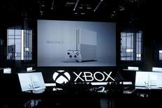 Microsoft a présenté une nouvelle version de sa console de jeu Xbox One lors du salon du jeu vidéo E3 à Los Angeles, laquelle peut entre autres choses lire des vidéos 4K. La Xbox One S, plus petite que la Xbox One, sera disponible en août au prix de départ de 299 dollars. /Photo prise le 13 juin 2016/REUTERS/Lucy Nicholson
