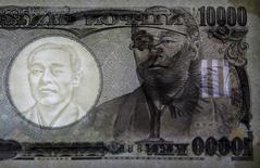 Un billete de 10,000 yenes visto en un panel de luz que muestra los detalles de seguridad, en el Banco de Japón, en Tokio, Japón. 18 de noviembre de 2015. El yen trepaba el martes a su mayor nivel frente al euro en más de tres años, en momentos en que crecen las posibilidades de que los votantes del Reino Unido se decidan por abandonar la Unión Europea en un referendo la próxima semana, lo que orientaba a los inversores hacia la moneda japonesa y otros activos seguros. REUTERS/Thomas Peter/File Photo