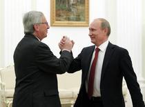 Президент России Владимир Путин (справа) приветствует премьера Люксембурга Жан-Клода Юнкера на встрече в московском Кремле 25 сентября 2012 года. Юнкер в ранге председателя Еврокомиссии и Путин обсудят в Санкт-Петербурге действующие взаимные санкции и сотрудничество в энергетике, сообщил во вторник Кремль. REUTERS/Maxim Shemetov