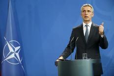 Йенс Столтенберг на пресс-конференции в Берлине. Члены НАТО во вторник согласуют размещение новых сил в странах Балтии и в Польше, что станет последним в серии шагов альянса на пути к сдерживанию России, которые, по мнению некоторых союзников, тем не менее нужно продолжить для большей эффективности.  REUTERS/Hannibal Hanschke