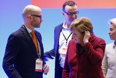 El secretario general del partido cristianodemócrata alemán (CDU) Peter Tauber, el miembro del comité Jens Spahn, y la canciller Angela Merkel (I-D) durante una reunión en Karlsruhe, el 13 de diciembre de 2015. Alemania se está preparando para una mayor volatilidad en los mercados si Reino Unido vota a favor de abandonar la Unión Europea la semana que viene, dijo el martes un alto funcionario  del Ministerio alemán de Finanzas. REUTERS/Ralph Orlowski