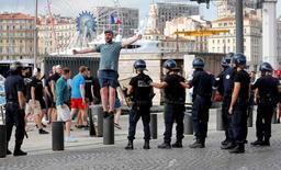 Torcedor russo em meio a policiais antes de partida da Euro 2016 em Marselha.   10/06/2016       REUTERS/Jean-Paul Pelissier