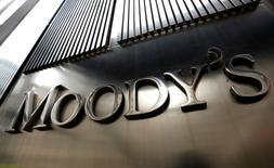 El logo de Moody's en sus oficinas en Nueva York, feb 6, 2013. El impacto positivo de la Ley de Responsabilidad Fiscal de Brasil ha sido erosionado por las maniobras de los gobiernos federal y regionales para mantener sus niveles de gasto durante la recesión que sufre el país, dijo el martes la agencia Moody's Investors Service.   REUTERS/Brendan McDermid