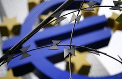 El Banco Central Europeo podría comprometerse públicamente a respaldar a los mercados financieros junto con el Banco de Inglaterra en caso de que los británicos voten a favor de la salida de la UE, dijeron a Reuters fuentes conocedoras de la cuestión. En la imagen de archivo, el logo de la moneda Euro se observa a las afueras de la sede del Banco Central Europeo en Fráncfort, el 4 de septiembre de 2014. REUTERS/Kai Pfaffenbach