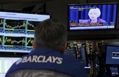 La Reserva Federal probablemente suba los tipos de interés en septiembre y no se descarta que lo haga en julio, mostró un sondeo de Reuters realizado días después de conocerse la noticia de la fuerte bajada en las contrataciones, que llevó a algunos a temer que la economía estadounidense esté perdiendo impulso. En la imagen, la presidenta de la FED Janet Yellen habla a través de una televisión que observa un operador financiero desde la Bolsa de Nueva York, el pasado 16 de diciembre de 2015. REUTERS/Lucas Jackson