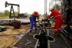 Unas personas trabajando en una unidad de bombeo de crudo en Lagunillas, Venezuela, Marc 18, 2015. Las ventas de crudo venezolano a Estados Unidos subieron en casi un 4 por ciento en mayo, a 762.000 barriles por día (bpd), luego de declinar desde enero debido a una menor producción y retrasos en el principal puerto petrolero del país sudamericano, mostraron datos de Thomson Reuters el martes.  REUTERS/Isaac Urrutia/File Photo