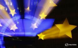 Символ валюты евро у штаб-квартиры ЕЦБ во Франкфурте-на-Майне 20 января 2015 года. Евро просел к доллару в среду, поскольку доходность немецких 10-летних гособлигаций впервые перешла на отрицательную территорию в связи с беспокойствами о том, что Великобритания может выйти из состава Европейского союза на следующей неделе, в то время как инвесторы сохраняют осторожность перед итогами заседания ФРС США. REUTERS/Kai Pfaffenbach