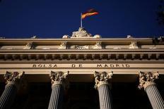 Испанский флаг развевается над зданием Мадридской фондовой биржи. Европейские фондовые рынки открылись ростом в среду, слегка стабилизировавшись после пяти сессий падения подряд из-за беспокойства о возможном выходе Великобритании из Евросоюза по итогам референдума, который состоится на следующей неделе. REUTERS/Juan Medina