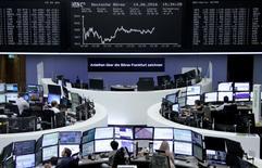 Operadores trabajando en la Bolsa de Fráncfort, Alemania. 14 de junio de 2016. Las bolsas europeas rebotaban el miércoles tras cinco días consecutivos de pérdidas en medio de la inquietud en los mercados sobre el referendo que decidirá si el Reino Unido continúa en la Unión Europea. REUTERS/Staff/Remote