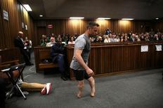 Campeão paralímpico Oscar Pistorius caminha sem protéses durante audiência em julgamento em Pretória. 15/06/2016 REUTERS/Siphiwe Sibeko