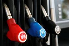 Насадки насосов на автозаправочной станции компании  М-10 в Твери. Цены на нефть могут завершить пятую сессию подряд спадом, что станет самой долгой серией падений с февраля, в связи с растущими беспокойствами о возможном выходе Великобритании из Европейского союза и неожиданным ростом запасов чёрного золота в США.  REUTERS/Maxim Zmeyev