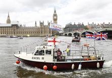 """Los socios europeos de Reino Unido están acelerando las advertencias de que si vota la próxima semana a favor de abandonar la UE, los bancos y firmas financieras con sede en Londres podrían perder sus preciados """"pasaportes"""" para ofrecer servicios en el bloque europeo.  En la imagen, un barco navega por el río Támesis de Londres con una pancarta a favor de la salida de Reino Unido de la UE, el 15 de junio de 2016.  REUTERS/Stefan Wermuth"""