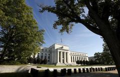 El edificio de la Reserva Federal, en Washington. 16 de septiembre de 2015. La Reserva Federal de Estados Unidos mantuvo sin cambios su tasa de interés el miércoles y apuntó a que aún planea dos alzas del tipo este año, indicando que espera que el mercado laboral se fortalezca tras una reciente desaceleración. REUTERS/Kevin Lamarque