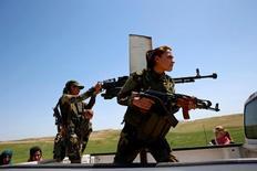 """Женщины из групы езидов сражаются с ИГИЛ. """"Исламское государство"""" вершит геноцид в отношении езидов в Сирии и Ираке, пытаясь уничтожить этнорелигиозную группу численностью 400.000 человек, заявили эксперты ООН, перечислив среди преступлений убийства и сексуальное рабство. REUTERS/Ahmed Jadallah"""