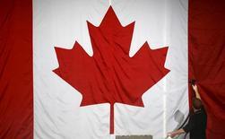 """Les députés canadiens ont adopté mercredi une proposition de loi qui modifie les paroles de l'hymne national pour en éliminer toute distinction de genre. Présent dans la version anglaise uniquement d'""""Ô Canada"""", le vers """"true patriot love in all thy sons command"""" (""""un véritable amour de la patrie anime tous tes fils"""") serait remplacé par """"true patriot love in all of us command"""" (""""un véritable amour de la patrie nous anime tous""""). /Photo d'archives/REUTERS/Jim Young"""