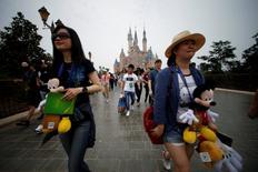 Pessoas andando durante inauguração de parque temático da Disney em Xangai.    15/06/2016        REUTERS/Aly Song