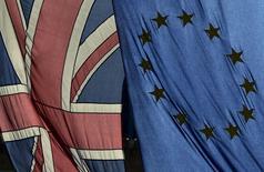 En la imagen de archivo, una bandera británica y una de la UE ondean en el centro de Londres, el 18 de febrero de 2016. El apoyo a la salida de Reino Unido de la Unión Europea en el referéndum del 23 de junio ha aumentado al 53 por ciento, el nivel más alto de apoyo registrado en una encuesta en más de tres años, mostró el jueves un sondeo realizado mediante entrevistas telefónicas. REUTERS/Toby Melville