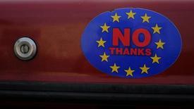 La tensión generada por el debate sobre la posible salida británica de la Unión Europea reabrió una brecha en el mercado de bonos de la zona euro, en un eco de la crisis de deuda que amenaza con dividir al bloque. Imagen de una pegatina con un logo animando a los ciudadanos a votar a favor de la salida de la UE en un coche en Llandudno, Gales, en esta imagen de archivo tomada el 27 de febrero de 2016. REUTERS/Phil Noble