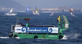 Barco coleta lixo na Baía de Guanabara.  3/8/2014. REUTERS/Sergio Moraes