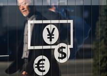 El Banco de Japón está dispuesto a ofrecer financiamiento en dólares junto a otros cinco importantes bancos centrales si los mercados financieros son perturbados por la votación sobre la permanencia de Reino Unido en la Unión Europea, dijo a Reuters una fuente con conocimiento del tema. En la foto d archivo, se ve el escaparate de un banco en Tokio el 27 de noviembre de 2014.  REUTERS/Issei Kato/File Photo