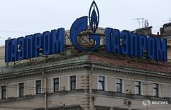 Логотип Газпрома на здении в Санкт-Петербурге 14 ноября 2013 года. Газпром увеличил экспорт по газопроводу в Европу Северный поток на 25 процентов с начала года по 16 июня до порядка 20 миллиардов кубометров, сообщила в пятницу российская газовая монополия. REUTERS/Alexander Demianchuk