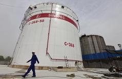 Le conglomérate chinois de l'énergie Sinopec a adressé à l'espagnol Repsol un avis d'arbitrage lui réclamant environ 5,5 milliards de dollars (4,9 milliards d'euros) au sujet d'une co-entreprise établie en 2012. /Photo d'archives/REUTERS