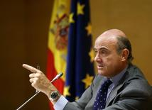 La deuda de las administraciones públicas (AAPP) bajó en abril hasta los 1,079 billones de euros, frente a los 1,095 billones del mes anterior, mostraron el viernes datos del Banco de España. En la imagen de archivo, el ministro español de Economía, Luis de Guindos, durante una conferencia de prensa en Madrid. REUTERS/Andrea Comas