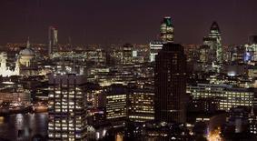 """Las compañías británicas se están preparando con fondos adicionales, documentación pre-escrita y posibles guardias nocturnas atendidas por equipos de consultores para la eventual victoria del """"Brexit"""" en el referéndum del Reino Unido sobre la permanencia o no del país en la Unión Europea. En la imagen, una vista panorámica del distrito financiero de Londres, el  9 de octubre de 2008. REUTERS/Toby Melville/File Photo"""