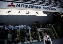 Mitsubishi Motors Corp (MMC) compte verser 100.000 yens, soit près de 1.000 dollars, à chacun des propriétaires de quatre modèles de mini-véhicules dont les tests d'économie de carburant avaient été falsifiés, dans le cadre d'un dédommagement global d'au moins 600 millions de dollars (534 millions d'euros). /Photo prise le 13 mai 2016/REUTERS/Issei Kato