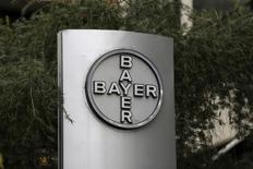 Bayer AG, el grupo alemán de química y salud que busca adquirir Monsanto Co, está estudiando la venta de su unidad de equipos de radiología que podría valorarse en hasta 3.000 millones de dólares según fuentes cercanas a la operación. En la imagen, el logotipo corporativo de Bayer en la sede de Caracas, el 1 de marzo de 2016.   REUTERS/Marco Bello/File Photo