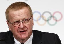Вице-президент МОК Джон Коатес на пресс-конференции в Токио. 20 ноября 2013 года. Международный олимпийский комитет едва ли снимет запрет на участие российских спортсменов в соревнованиях, продленный накануне легкоатлетической ассоциацией и не позволяющий им состязаться на Олимпиаде в Рио-де-Жанейро, сказал в субботу вице-президент МОК Джон Коатес. REUTERS/Issei Kato