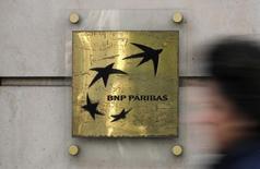 Les valeurs financières sont en forte hausse à la Bourse de Paris à mi-séance avec le recul des craintes de Brexit. L'indice sectoriel européen des valeurs bancaires s'adjuge 4,25%. BNP Paribas grimpe de 4,51%. /Photo prise le 3 mars 2016/REUTERS/Christian Hartmann