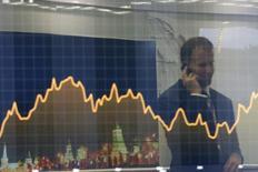 """Экран с финансовым графиком на инвестфоруме ВТБ Капитал """"Россия зовет!"""". Москва, 2 октября 2014 года. Российские компании планируют новые размещения еврооблигаций для финансирования выкупов коротких долларовых бумаг в обращении, и такие сделки могут состояться во второй половине года, после публикаций финансовой отчетности за первое полугодие, сказал Рейтер источник в западном банке, принимавшем участие в организации июньских выпусков евробондов. REUTERS/Maxim Shemetov"""