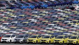 En las imágenes, coches de Honda esperan para su exportación en Yokohama, sur de Tokio, 23 de junio de 2015. Las exportaciones de Japón cayeron en mayo a su ritmo más pronunciado en cuatro meses, por interrupciones de la cadena de abastecimiento generadas por el terremoto de Kumamoto y el lento crecimiento de los mercados emergentes.  REUTERS/Toru Hanai/File Photo