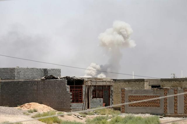 Smoke rises from clashes between Iraqi security forces and Islamic State militants in Falluja. REUTERS/Thaier Al-Sudani