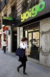 La operadora Masmovil dijo el martes que ha acordado adquirir a su rival Yoigo, controlada por el grupo sueco Telia, en una operación que valora a Yoigo en 612 millones de euros. En la imagen de archivo, una tienda de Yoigo en Madrid. REUTERS/Andrea Comas