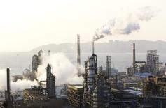 НПЗ компании PetroChina в городе Далянь. 20 января 2015 года. Китай увеличил импорт российской нефти в мае до исторического максимума 5,245 миллиона тонн, или около 1,24 миллиона баррелей в сутки, на 33,7 выше по сравнению с предыдущим годом, показали данные Главного таможенного управления КНР во вторник. REUTERS/China Daily