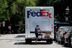 FedEx, qui publie ses résultats après la clôture, à suivre mardi sur les marchés américains. /Photo prise le 15 juin 2016/REUTERS/Brian Snyder