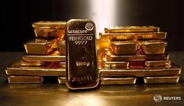 Слитки золота в депозитной ячейке Pro Aurum в Мюнхене 3 марта 2014 года. Золото дешевеет во вторник на фоне охлаждения опасений того, что Великобритания проголосует за выход из Европейского союза. Вышедшие в понедельник опросы показали усиление позиций сторонников сохранения членства в ЕС. REUTERS/Michael Dalder