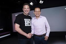 """Ilkka Paananen (à gauche), fondateur et directeur général de Supercell, avec le président de Tencent, Martin Lau. Le groupe chinois de réseaux sociaux et de loisirs en ligne doit racheter à Softbank une participation majoritaire dans Supercell, le studio finlandais qui a conçu le jeu en ligne """"Clash of Clans"""", pour à peu près 6,8 milliards de dollars (6,0 milliards d'euros). /Photo prise le 21 juin 2016/REUTERS/Lehtikuva/Seppo Samuli"""