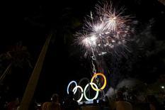 Fogos de artifício explodem sobre os aneis olímpicos durante inauguração do Parque de Madureira, Rio de Janeiro. 20/05/2016 REUTERS/Ricardo Moraes