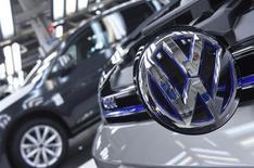 Le conseil de surveillance de Volkswagen a maintenu mardi la recommandation adressée aux actionnaires en faveur de l'approbation, lors de l'assemblée générale de mercredi, des décisions prises par la direction en 2015. /Photo prise le 20 mai 2016/REUTERS/Fabian Bimmer